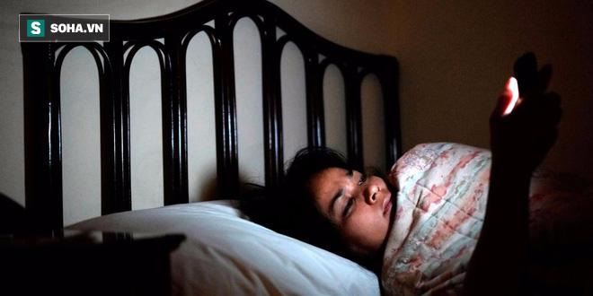 Thừa biết điện thoại làm hỏng giấc ngủ, tại sao chúng ta vẫn lướt mạng hàng đêm? - Ảnh 1.