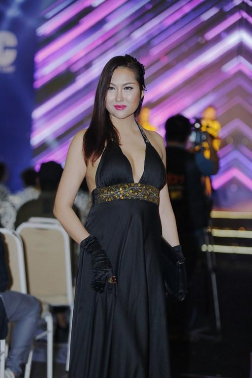 Phi Thanh Vân diện đầm gợi cảm thu hút sự chú ý - Ảnh 2.