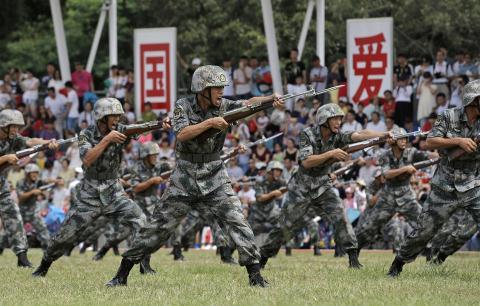 Quân đội Trung Quốc tự tin cắt giảm 30 vạn lính: Càng trở nên nguy hiểm - Ảnh 2.