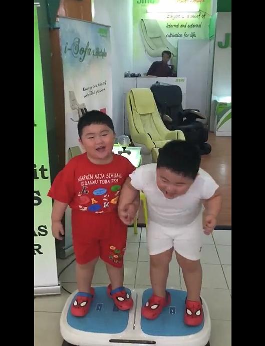Hai cậu bé ẵm triệu view chỉ với đoạn clip đứng... rung lắc trên máy tập thể dục - Ảnh 2.