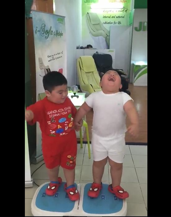 Hai cậu bé ẵm triệu view chỉ với đoạn clip đứng... rung lắc trên máy tập thể dục - Ảnh 3.