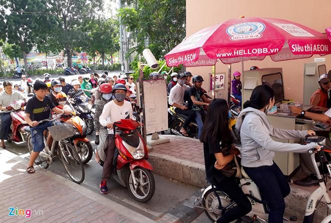 Đổ xô sắm Tết ngày cuối kỳ nghỉ lễ ở Sài Gòn, Hà Nội - Ảnh 1.