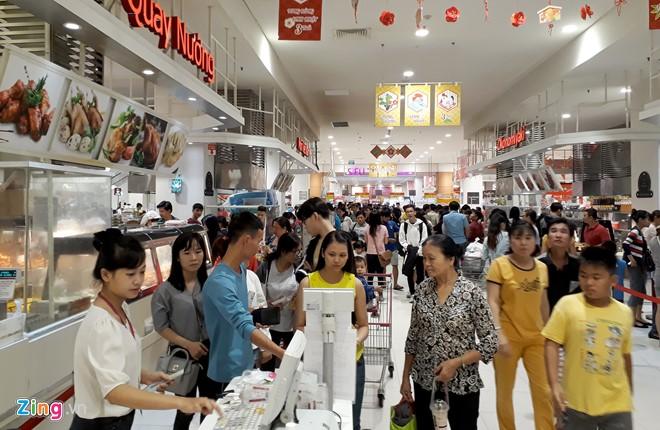 Đổ xô sắm Tết ngày cuối kỳ nghỉ lễ ở Sài Gòn, Hà Nội - Ảnh 2.