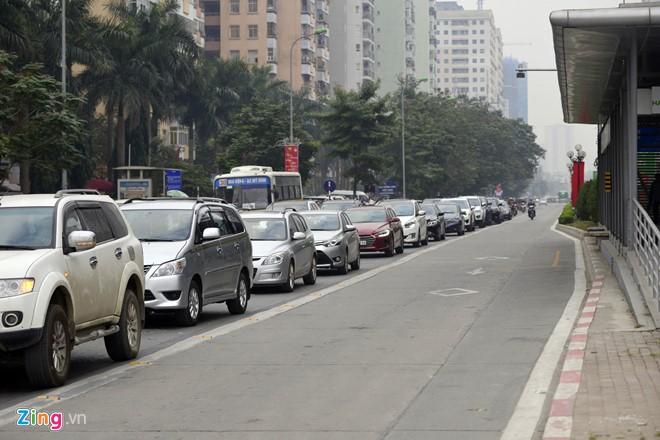Những tình huống buýt nhanh BRT bị ôtô, xe máy cản trở - Ảnh 2.