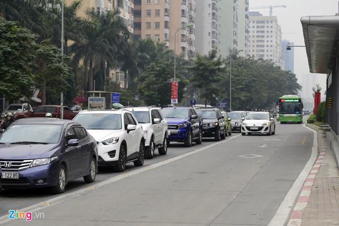 Những tình huống buýt nhanh BRT bị ôtô, xe máy cản trở - Ảnh 3.
