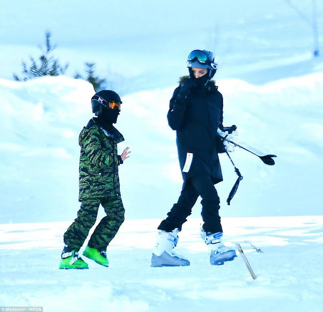 Angelina Jolie trượt tuyết với các con sau tin đồn giảm cân còn 34 kg - Ảnh 1.