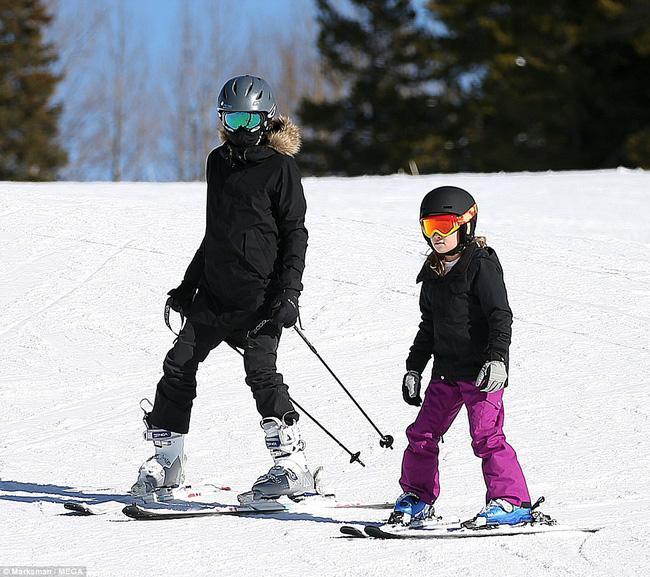 Angelina Jolie trượt tuyết với các con sau tin đồn giảm cân còn 34 kg - Ảnh 2.