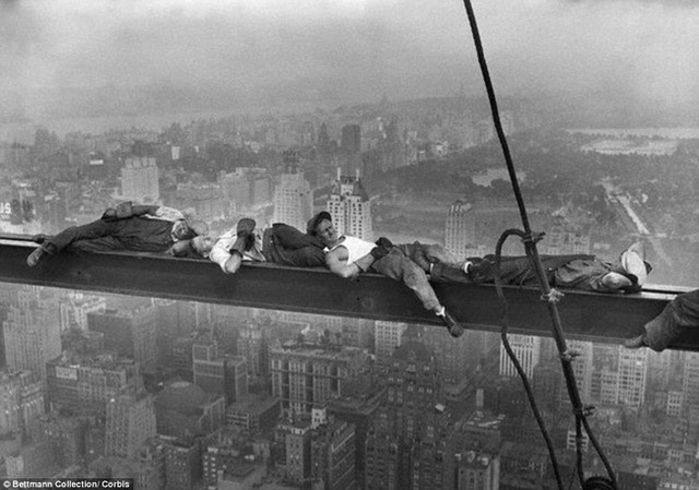 Vén màn bí ẩn bức tranh nổi tiếng của thời đại bữa trưa trên tòa nhà chọc trời - Ảnh 2.