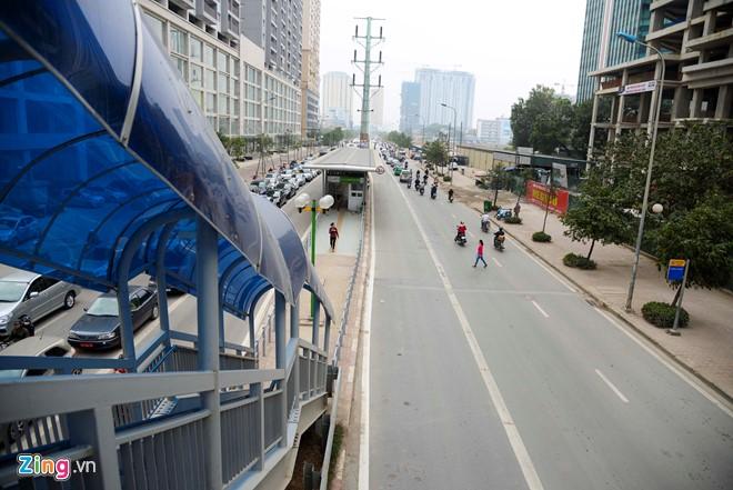 Hành khách lúng túng tìm lối ra vào nhà chờ buýt nhanh BRT - Ảnh 1.