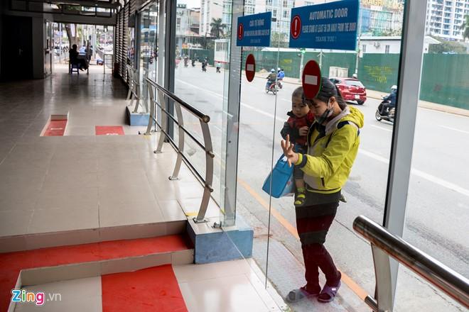 Hành khách lúng túng tìm lối ra vào nhà chờ buýt nhanh BRT - Ảnh 2.
