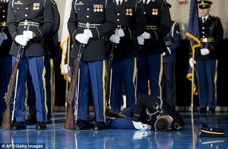 Lính Mỹ ngất xỉu trong lễ chia tay Tổng thống Obama - Ảnh 1.