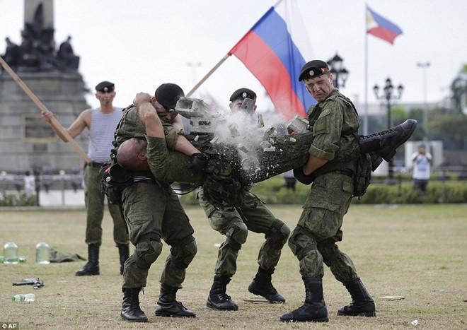 Lính Nga chịu bỏng, đập vỡ gạch trên người để tập luyện - Ảnh 1.