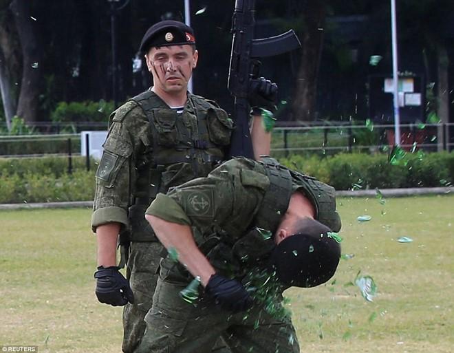 Lính Nga chịu bỏng, đập vỡ gạch trên người để tập luyện - Ảnh 2.