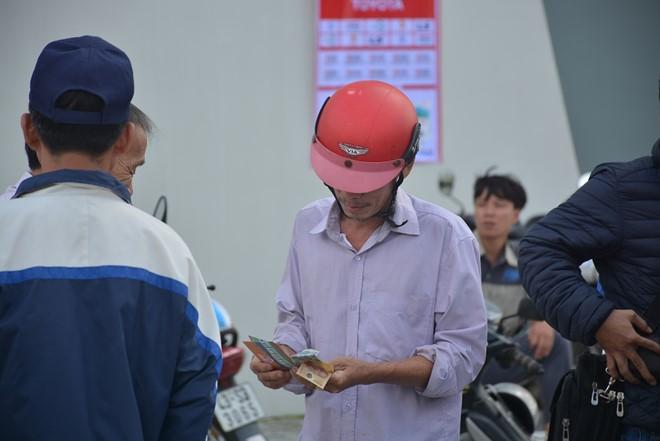 Lạ lùng cảnh mua vé xem trận Đà Nẵng vs HAGL - Ảnh 2.