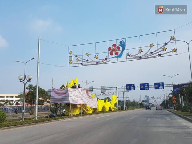 Hải Phòng chỉ đạo tháo gỡ hoa vàng trên hình con rồng gây tranh cãi ở đường Lê Hồng Phong - Ảnh 1.
