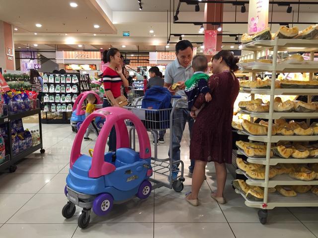 Chuyện không nhỏ từ việc niêm phong túi xách khi bước vào siêu thị Fivimart, Big C… - Ảnh 1.