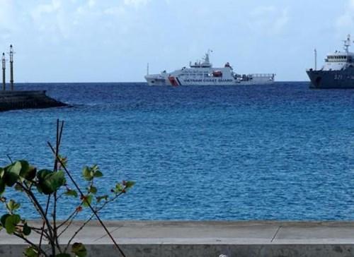 Tàu Cảnh sát biển 8002 thăm đảo Sinh Tồn - Ảnh 1.