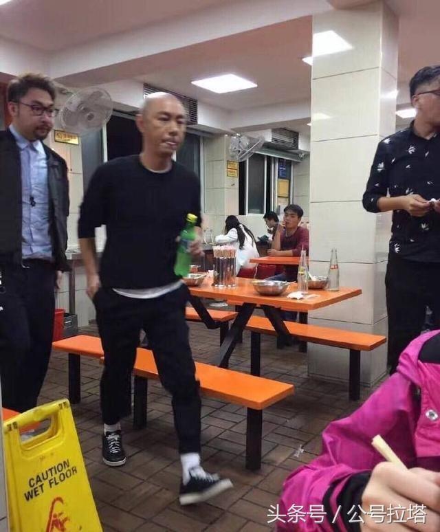 Trương Vệ Kiện ở tuổi 52: Xuất hiện nhưng không ai nhận ra - Ảnh 1.