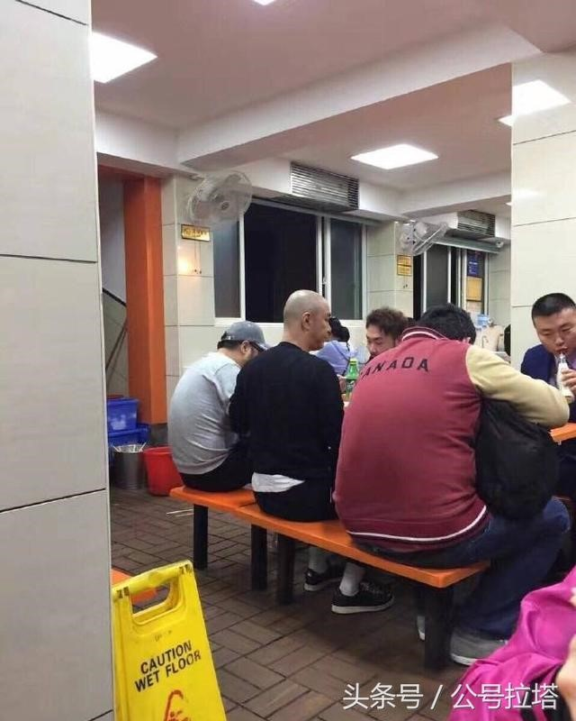 Trương Vệ Kiện ở tuổi 52: Xuất hiện nhưng không ai nhận ra - Ảnh 2.