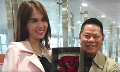 Tỷ phú Hoàng Kiều tặng hoa hồng, đón Ngọc Trinh ở sân bay - Ảnh 2.
