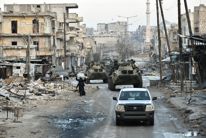 Lính Nga vật lộn với bom mìn chưa nổ ở Aleppo - Ảnh 1.
