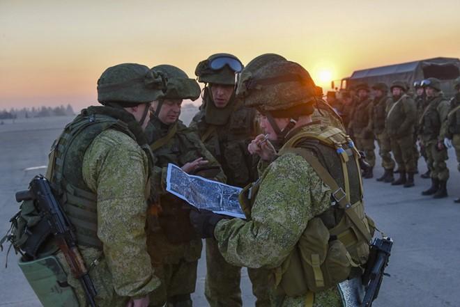 Lính Nga vật lộn với bom mìn chưa nổ ở Aleppo - Ảnh 2.