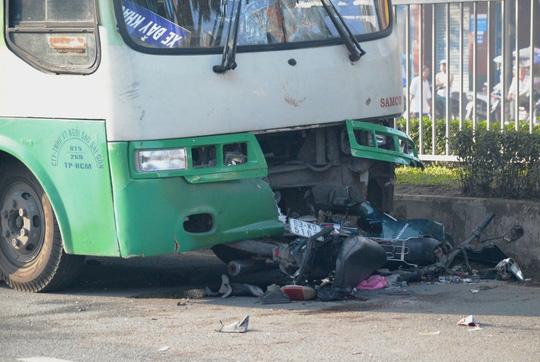 Băng qua đường, 2 cha con bị xe buýt tông nguy kịch - Ảnh 1.