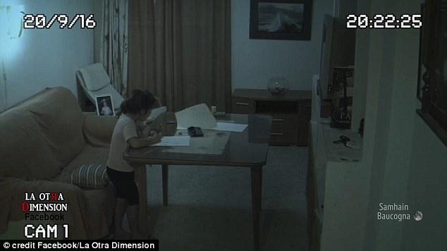 Lắp camera an ninh ở nhà để yên tâm hơn về con gái, ông bố sởn da gà khi xem lại video - ảnh 2