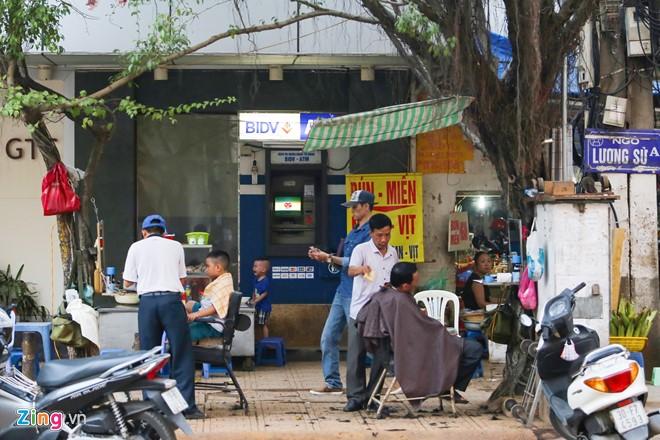 Những xó xỉnh rút tiền ở Hà Nội - Ảnh 1.