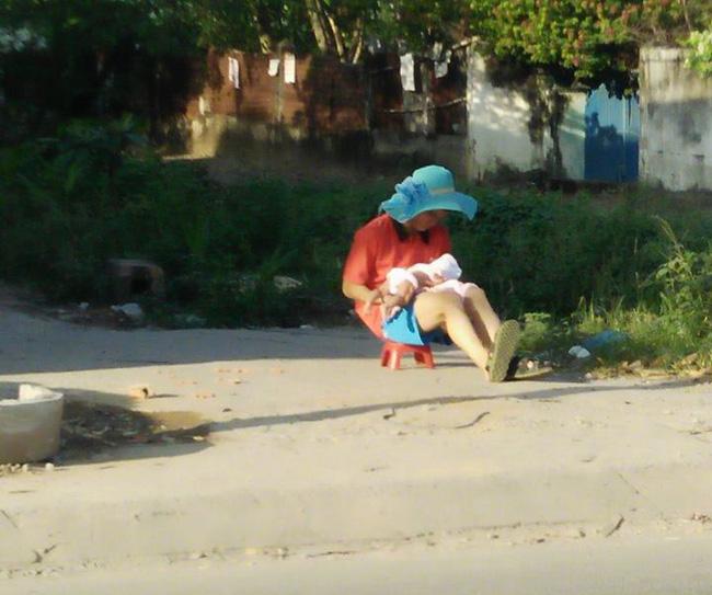 Ông bố đội chiếc mũ xanh rộng vành của vợ đưa con đi phơi nắng khiến trái tim chị em tan chảy - ảnh 1