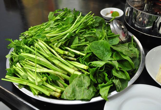 Nguy cơ do ăn rau cần nhúng tái - Ảnh 1.