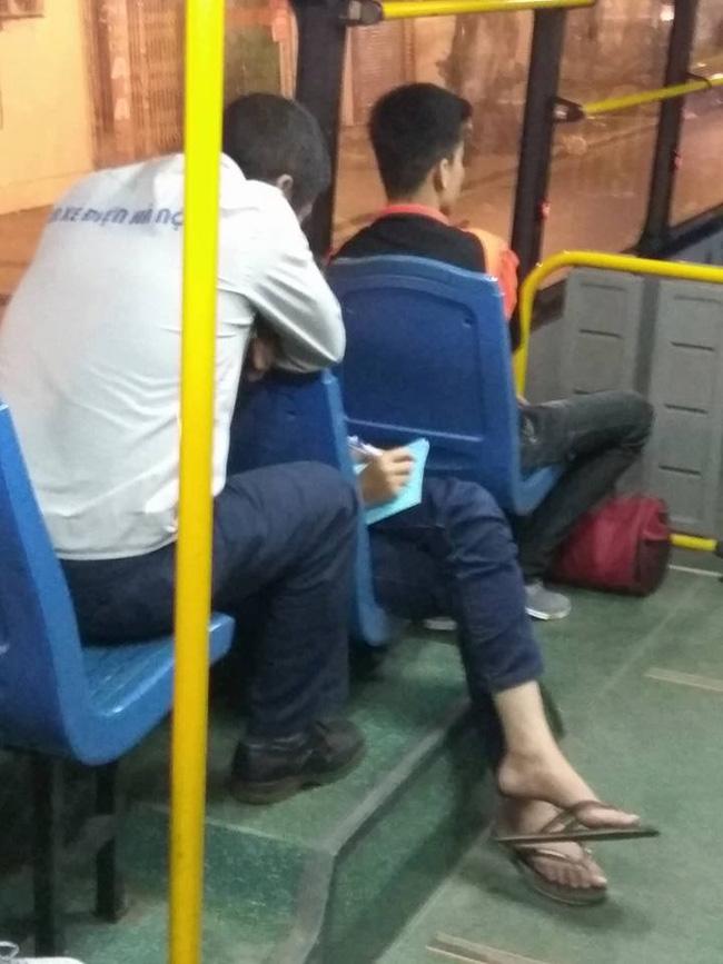 Chuyện giản dị phía sau bài toán của anh phụ xe và cậu nhóc lớp 7 ngay trên xe bus khiến ta mỉm cười! - Ảnh 1.