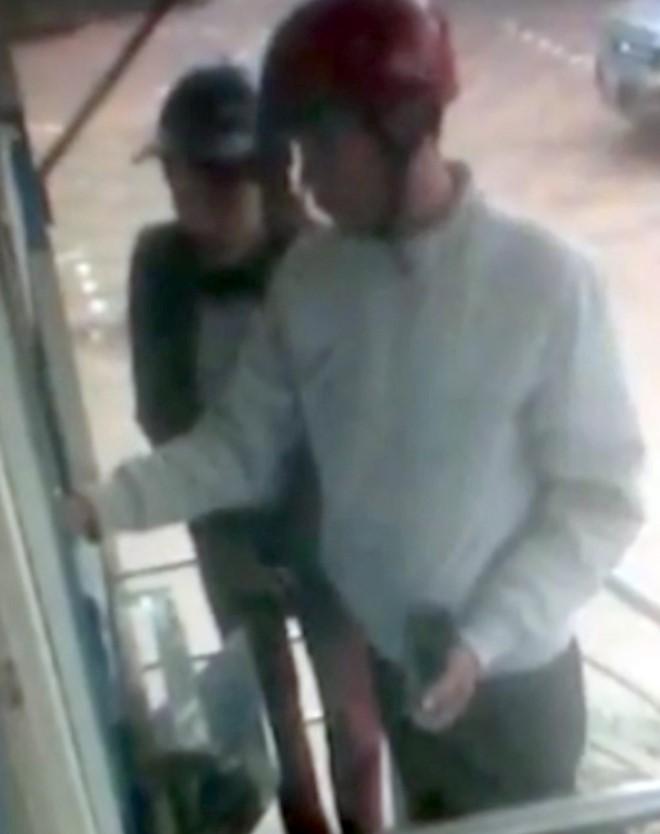Camera ghi hình đôi nam nữ rút tiền từ thẻ ATM bỏ quên - Ảnh 1.