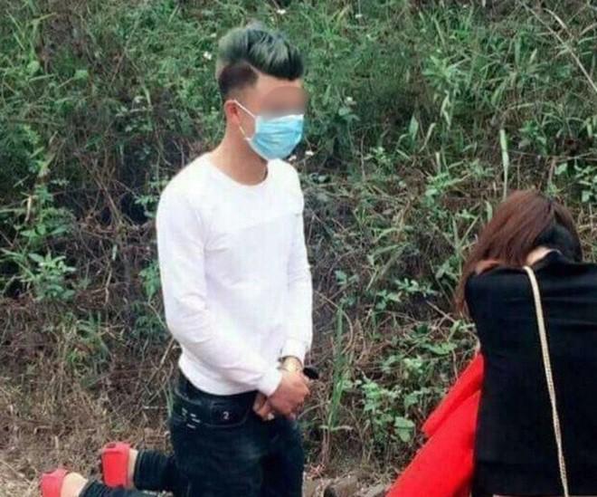 Chàng trai quỳ gối xin lỗi bạn gái trên đường đi lễ chùa - Ảnh 1.