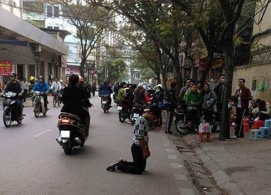 Chàng trai quỳ gối xin lỗi bạn gái trên đường đi lễ chùa - Ảnh 2.