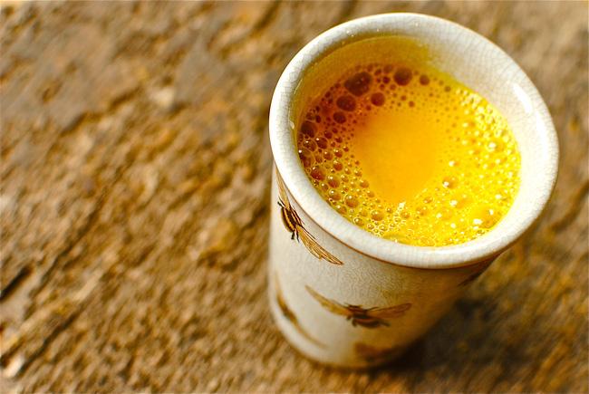 Trộn gừng, nghệ với nước cốt dừa: Công thức không chỉ giúp bạn detox gan ngay khi ngủ mà còn nhiều hơn thế - Ảnh 1.