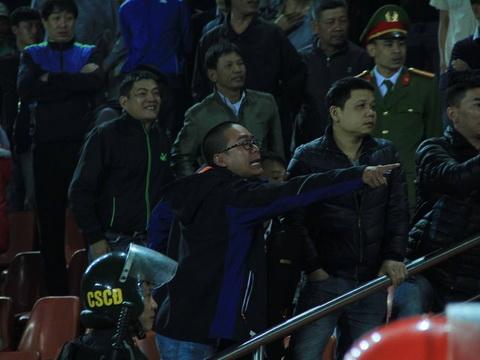 CĐV Hải Phòng quậy, HLV Trương Việt Hoàng phải bỏ dở họp báo - Ảnh 1.