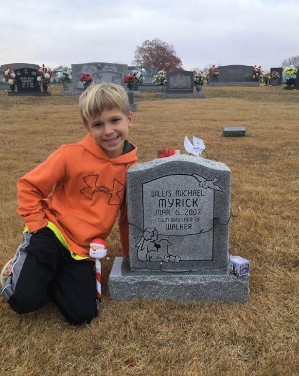 Động lòng hình ảnh anh trai qua năm tháng vẫn ngồi bên nấm mộ kể chuyện cho cậu em sinh đôi - Ảnh 2.