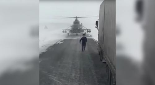 Thợ săn đêm Mi-8 chặn đầu xe tải trên cao tốc để... hỏi đường - ảnh 1