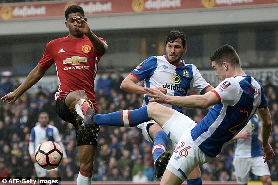 Ibrahimovic sắm vai cứu thế, Man Utd thắng nhọc Blackburn Rovers - Ảnh 2.