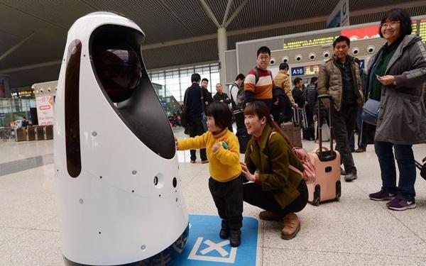Trung Quốc làm robot cảnh sát: có khả năng theo dõi đối tượng, nhận diện khuôn mặt, phát hiện nguy cơ cháy - Ảnh 1.