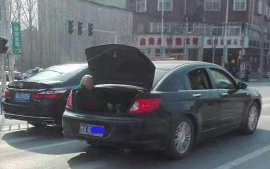 Sự thật đằng sau hình ảnh cụ già tóc bạc ngồi ở cốp xe gây bức xúc - Ảnh 1.
