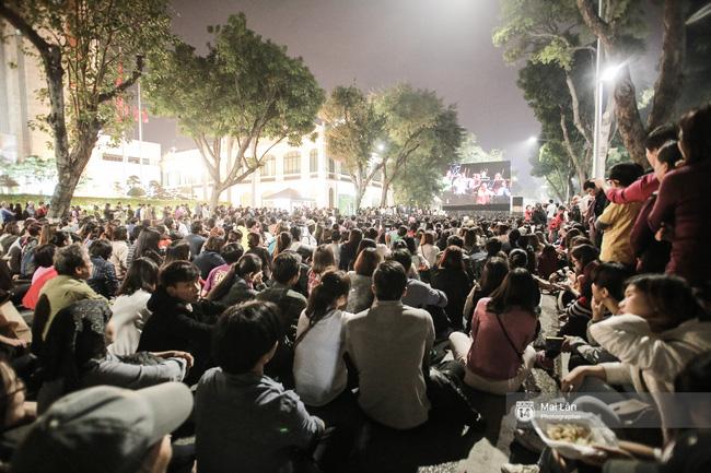 Tối cuối tuần, phố đi bộ Hà Nội vui hơn hẳn với buổi biểu diễn của dàn nhạc giao hưởng London - Ảnh 3.