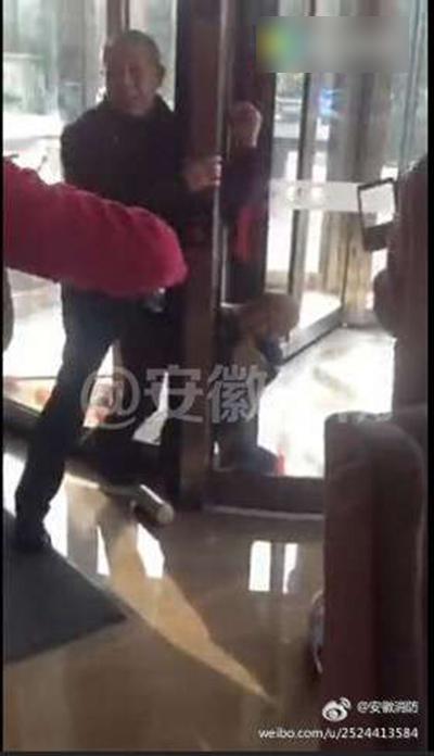 Bé trai 3 tuổi ngất xỉu khi bị mắc kẹt vào cửa xoay của khách sạn 4 sao - Ảnh 2.