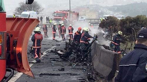 Máy bay trực thăng đâm trúng tháp truyền hình, 5 người chết - Ảnh 2.