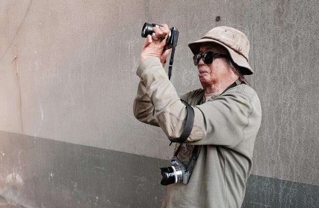 Chuyện của nhiếp ảnh gia 60 tuổi ở Sài Gòn được tái sinh sau 17 ca phẫu thuật vì bỏng lửa - Ảnh 1.