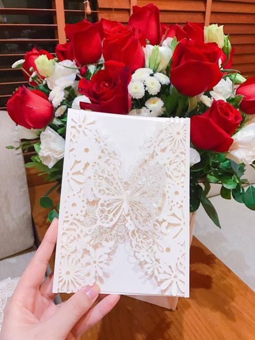 Lộ thiệp cưới cầu kì của MC Thành Trung và bạn gái 9x - Ảnh 1.