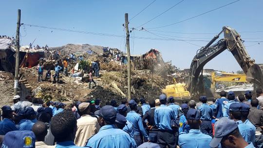 Bị núi rác chôn vùi, 48 người chết - Ảnh 1.