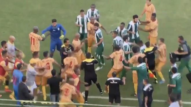 Cầu thủ, CĐV Brazil đánh nhau dữ dội trên sân - Ảnh 2.