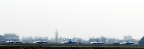 CẬP NHẬT: Chiếc Su-30SM đầu tiên đã hạ cánh xuống Nội Bài - Ảnh 1.